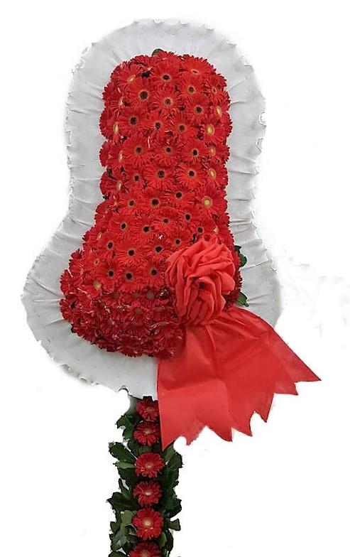 Kırmızı çiçeklerden oluşan çelenk